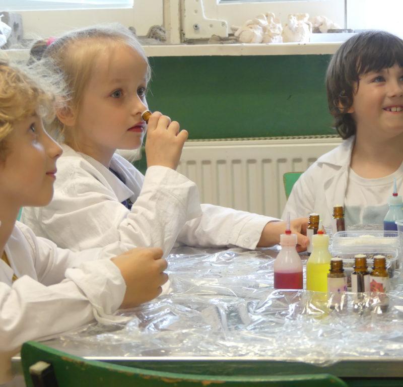 Młodzi chemicy (zerówka) i ich mydełka