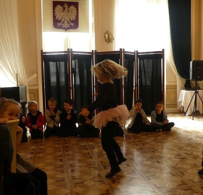 """Uczniowie klasy 2a zaprezentowali sztukę """"Szkoła na opak"""" w Pałacu w Biedrusku 28.03.2019 r."""