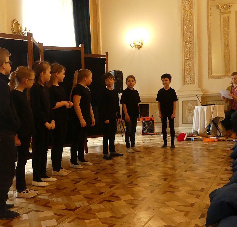 """Klasa 2b prezentuje sztukę """"Szkoła latania"""" w Pałacu w Biedrusku 29.03.2019 r."""