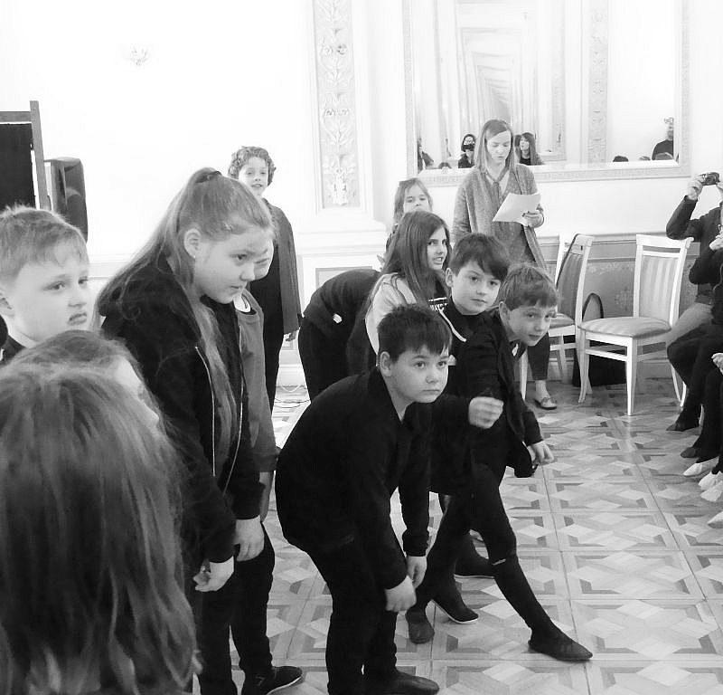 """Uczniowie klasy 3 zaprezentowali na scenie sztukę """"Szkoła na opak"""" 29.03.2019 r."""